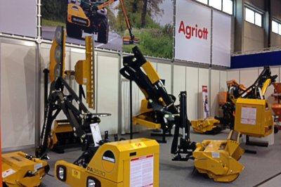 State of the art Power Arm draws  the crowds at top European show